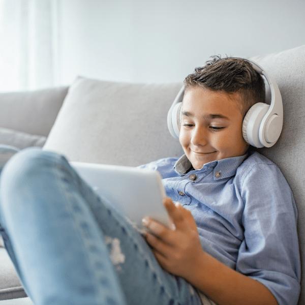 Chłopiec wsłuchawkach nakanapie